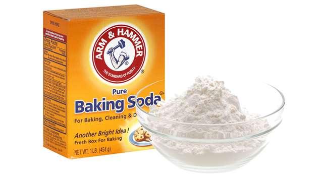 Bột baking soda tẩy sạch các vết bẩn cứng đầu trên cổ áo